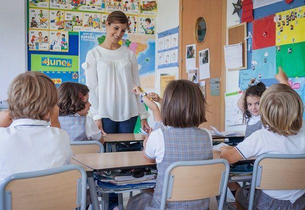 Impartiendo una clase de inteligencia emocional para niños en la escuela