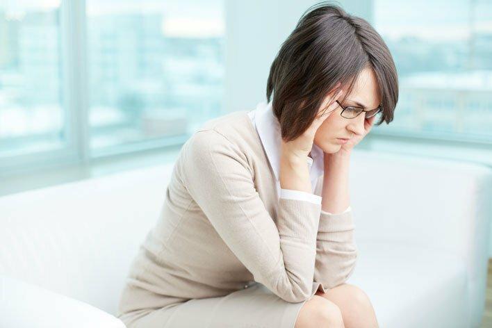 Persona preocupada y ansiedad por la salud