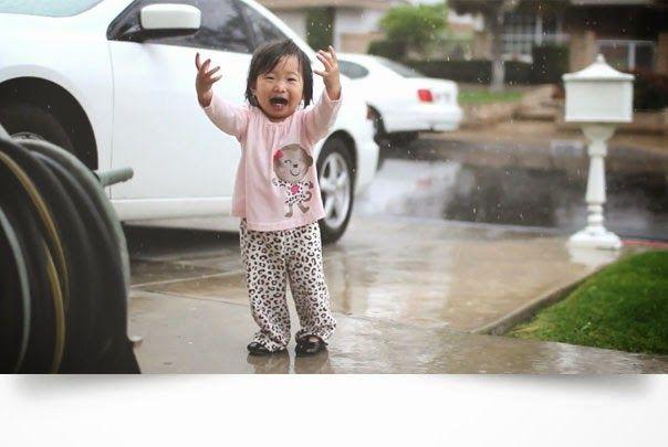 Niña ve la lluvia por primera vez
